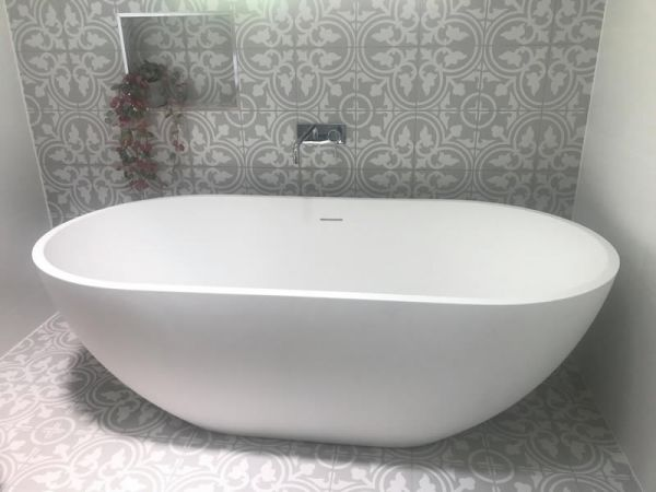 feature tile behind bath 800x600